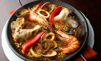 知床産鶏肉と魚介のパエリア